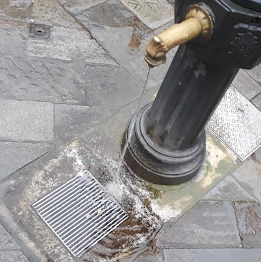 Picture of a drinking fountain in Venice for my post on frugal tips when visiting Venice