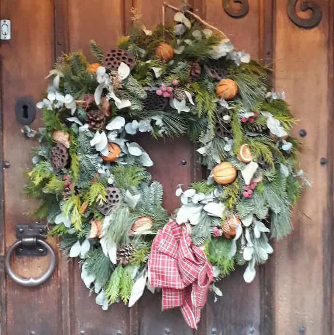 picture of a Christmas wreath on a wooden door